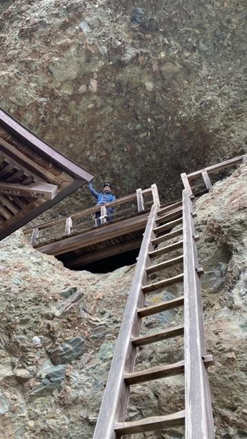 5mくらい上の穴の祭壇までのぼる