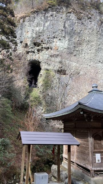 巨石の穴の中にある不動明王像